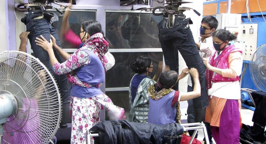 En meget stor del af H&M-koncernens tøj kommer fra cirka 250 leverandører i Bangladesh. Berlingske Business var 3.-4. september 2012 på besøg hos fire af fabrikkerne, som H&M havde udvalgt. Berlingske var ikke besøg på fabrikken Welltex, som nu bliver beskyldt for systematisk vold.