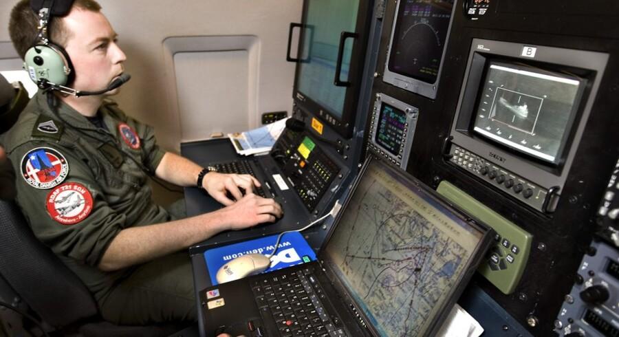 To gange om ugen skal et af de to Challenger-transportfly, der kan udstyres med de nødvendige sensorer, kigge efter forurening på dansk havområde. Sådan ser det ud, når de normale flysæder udskiftes med konsoller til at overvåge havoverfladen. Arkivfoto: Henning Bagger.