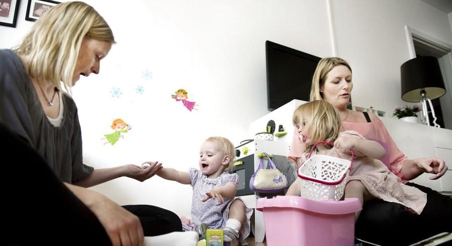 Lone Pedersen (tv.) og Pia Mouritsen er nogle af de kvinder, der har valgt at få børn, uden at der er en partner involveret, men kun en sæddonor.