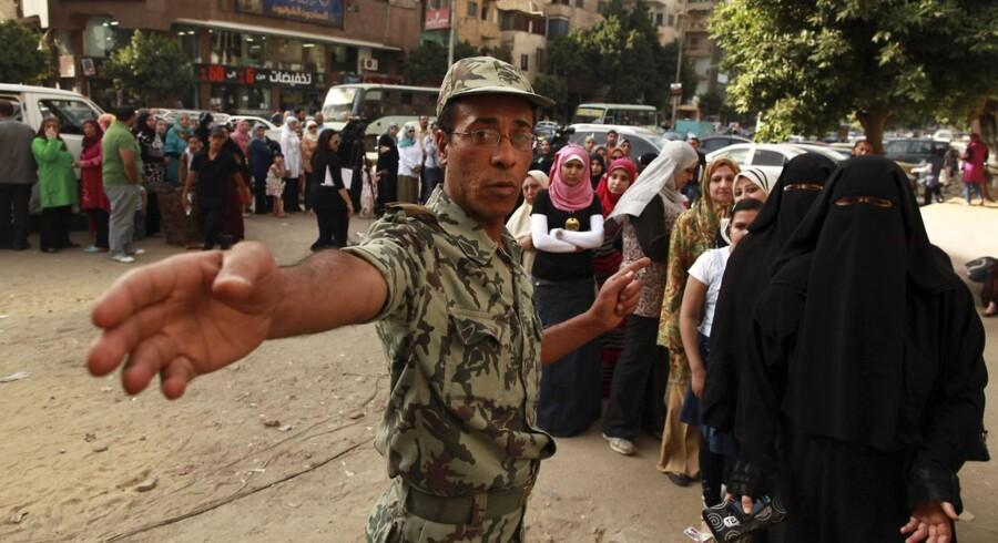 En soldat står vagt uden for et valgsted i Cairo 24. maj 2012.