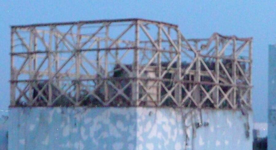 Den ødelagte bygning ved reaktor 1 på Fukushima atomkraftværket. Det er dog kun bygningens yderste betonlag, der er ødelagt. Den indre stålkappe er intakt.