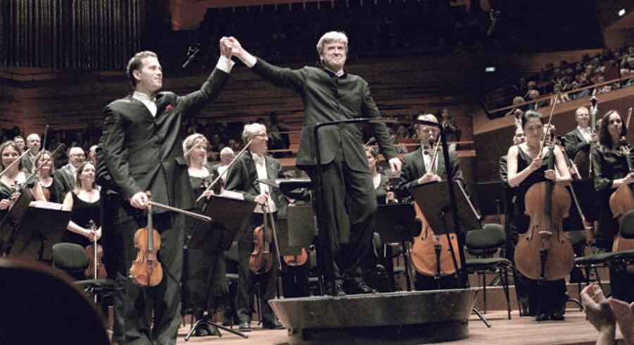 Thomas Dausgaard optrådte for sidste gang som chefdirigent for DR SymfoniOrkestret og havde fint besøg i form af violinvirtuosen Nikolaj Znaider (t.v.).