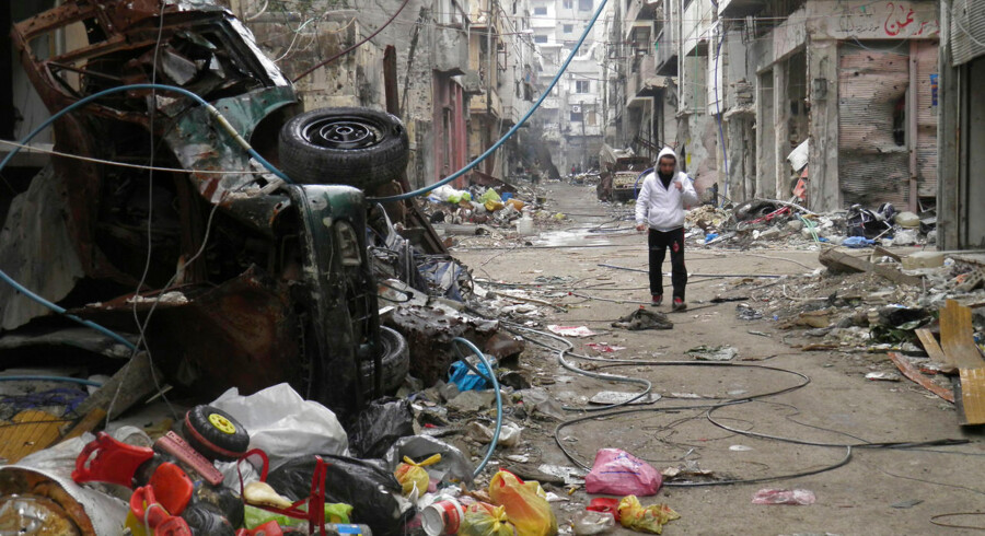 En mand på gaden i den belejrede by Homs i Syrien. Nu får kvinder og børn lov at forlade byen.