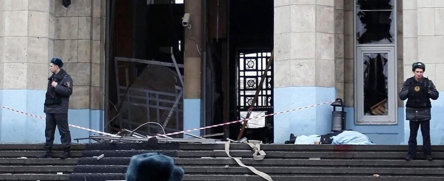 Russiske politifolk og et tildækket lig ved banegården, hvor en eksplosion har kostet adskillige mennesker livet.