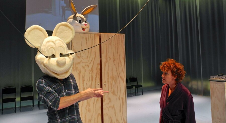 Er vores evne til at forestille os en anden verden blevet spist af »disneyficering«? Morten Burian og Marie Louise Wille på scenen. Foto: Rufus Didwiszus