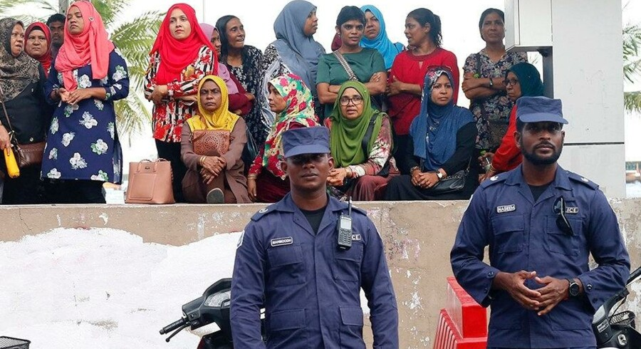 Politifolk i Maldiverne holder tirsdag vagt uden for hovedkontoret for landets største oppositionsparti, Maldivernes Demokratiske Parti (MDP), efter præsident Abdulla Yameen dagen inden erklærede undtagelsestilstand i ferieparadiset. Reuters/Stringer