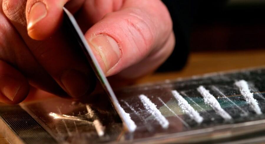 Politiet ventede ved bopælen i Horsens, da en 27-årig kvinde og en 30-årig mand vendte hjem efter at have købt et kilo kokain i Esbjerg. Nu har retten idømt i alt fire personer fængsel i tilsammen 20,5 år. Free/Www.colourbox.com