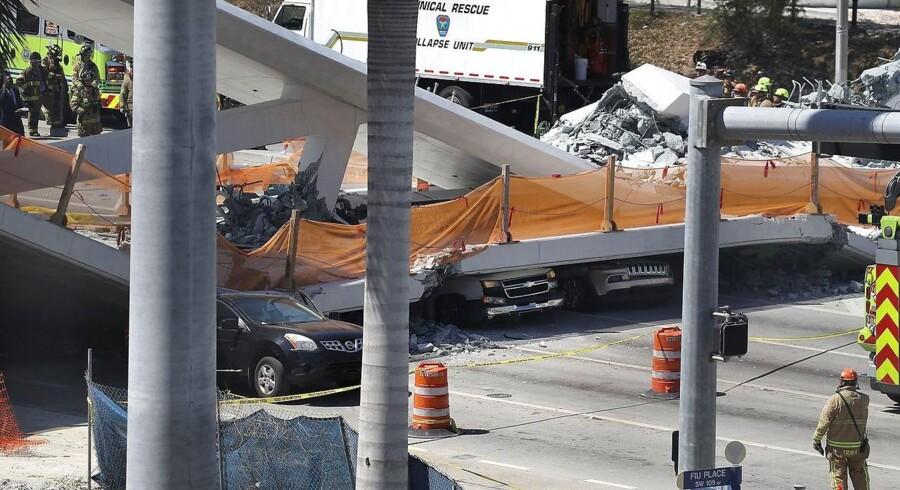 En fodgængerbro i storbyen Miami i den amerikanske delstat Florida er kollapset. Foto: Joe Raedle