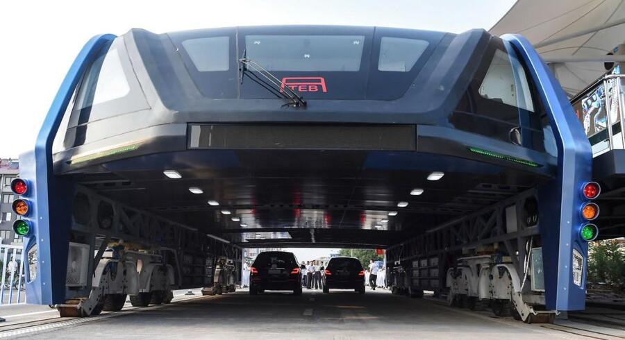 Tirsdag blev en ny, innovativ bus, testkørt i den kinesiske by Qinhuangdao. Bussen er bygget sådan, at der kan køre to rækker af personbiler under.