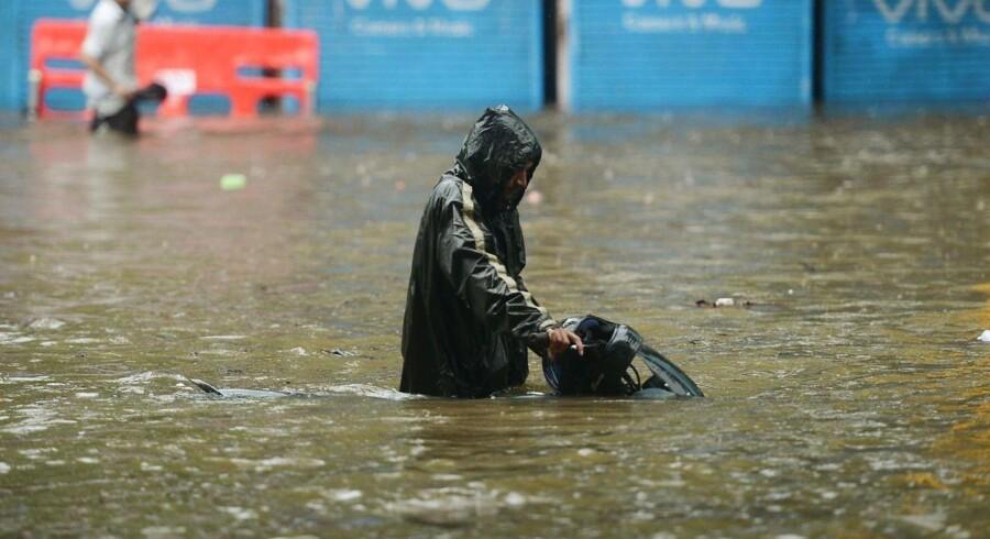 Mere end 1200 personer er døde som følge af oversvømmelserne i Nepal, Bangladesh og Indien, der har stået på i flere uger. Det skriver flere internationaler medier, onsdag den 30. august 2017.