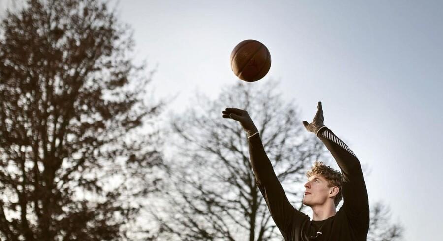 Peter Beuschau er 20 år. Han er kommet gennem nåleøjet til den nye politikadet-uddannelse. Peter træner meget og spiller både håndbold og basketball for at holde sig i form.