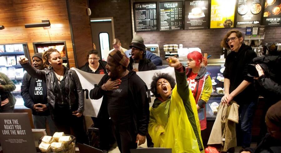 Demonstranter markerer sig i den Starbucks-café i Philadelphia, hvor to sorte mænd blev arresteret.