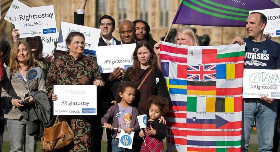 Der er voksende bekymring blandt EU-borgere i Storbritannien, der endnu ikke ved, om de kan blive i Storbritannien, og hvad betingelserne for et ophold vil blive. Politkere i Overhuset har krævet, at regeringen inden udløsningen af artikel 50 og de følgende udmeldelsesforhandlinger med EU udsteder en garanti for, at EU-borgere i landet kan blive. Kravet fik tidligere på ugen støtte fra en demonstration uden for parlamentet. Foto: AFP