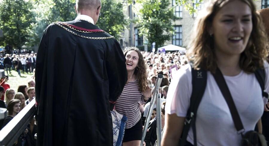 Fra dette års immatrikulationsfest på Københavns Universitet fredag 1. september. Rektor Henrik Wegener giver hånd og byder nye studerende velkommen.