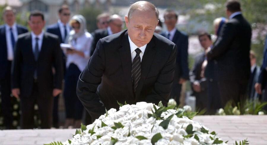 Ruslands præsident Vladimir Putin popularitet er noget han selv styrer med hård hånd.