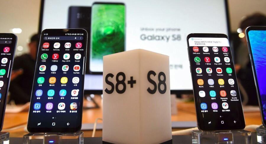 De to nye toptelefoner fra Samsung, Galaxy S8 (til højre) og den større Galaxy S8+ (til venstre), lanceres senere i april og ventes at sætte salgsrekord. Arkivfoto: Yeon-je Jung, AFP/Scanpix