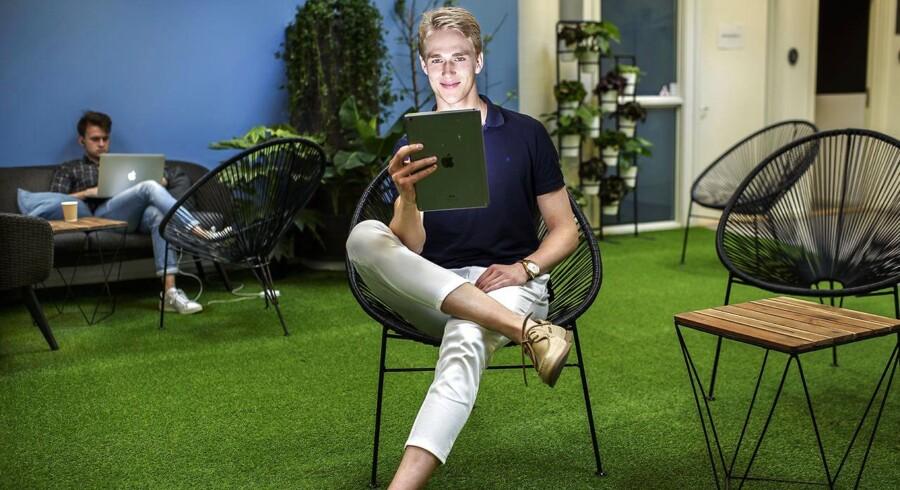 Nicki Friis er hackscholer og har bevidst fravalgt det etablerde uddannelsessytem for selv at uddanne sig uden om systemet. Her sidder han i SingularityUs lokaler i København, og er omgivet af kontorlokaler belagt med græs og innovative unge med bærbare computere. SingularityU er et fællesskab for unge og start-up-virksomheder, der alle arbejder for et fælles mål: At tackle verdens største problemer ved hjælp af teknologi. Det er her, han har haft sin daglige gang de sidste to år.