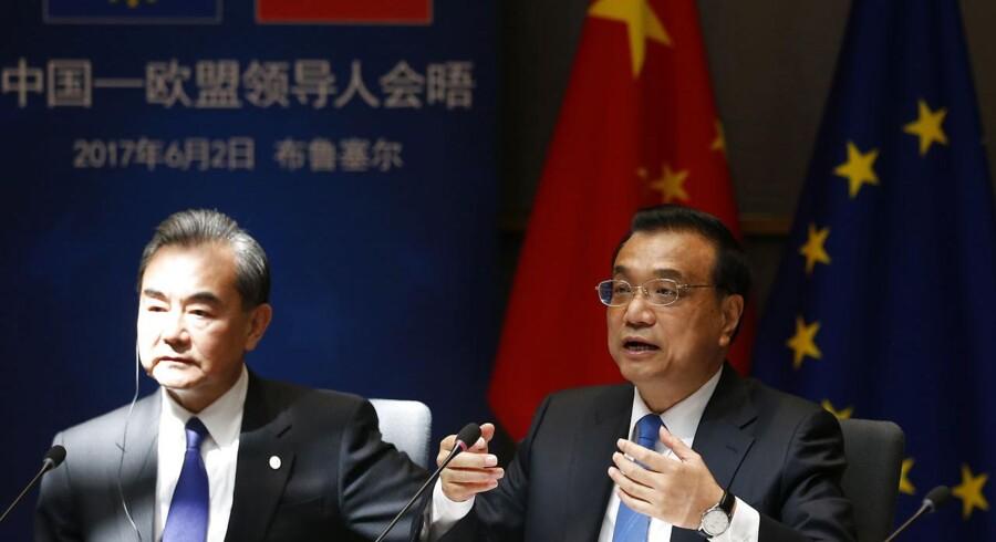 Den kinesiske premierminister Li Keqiang (til venstre) flankeret af den kinesiske udenrigsminister, Wang Yi (til højre). Mandag oplyser det kinesiske udenrigsministerium, at udenrigsminister Wang Li i denne uge vil besøge Nordkorea. Foto: FRANCOIS LENOIR / AFP