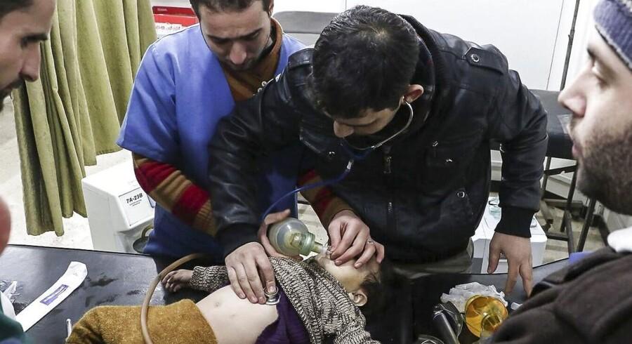 Det er særligt børn og kvinder, der har brug for lægehjælp i det belejrede Ghouta nær Damaskus i Syrien, fortæller dr. Hamza Hassan (i sort) til Berlingske. Men der er kun én læge, der har børnekirurgisk erfaring. Dr. Hassan må her intubere et barn med hjælp fra kolleger. Foto: Foto: Syrian American Medical Society.