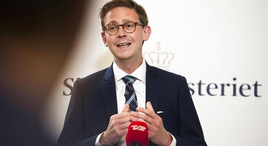 Skatteminister Karsten Lauritzen (V) har - bakket op af et flertal i Folketinget - givet Skat en usædvanlig tilladelse til at betale en anonym person for oplysninger fra de såkaldte Panama-papirer om danske skattesnydere.
