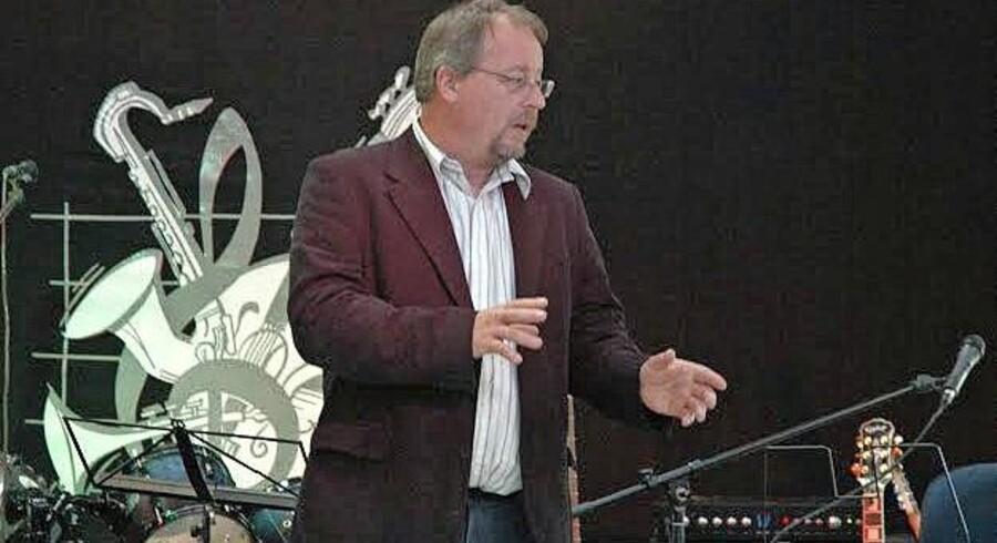AB Metal-ejer Hans Buck byder velkommen til rockkoncert i fabrikshallen i Thisted: »Rockkulturen er vi fælles om,« fortæller han. »Som gammel flipper kan jeg spejle mig i den, og det kan mine medarbejdere også.« Foto: Privat