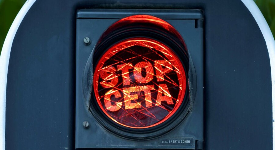 """Vallonere i tusindvis demonsterede den 1. september mod frihandelsaftalen med Canada og satte klistermærker på lyssignalerne ved EU-Kommissionen med skriften: """"Stop CETA"""". REUTERS/Eric Vidal"""