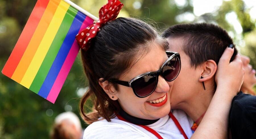 Arkivfoto. Et lesbisk par er som de første i Hong Kong blevet anerkendt som værende ægtefolk.