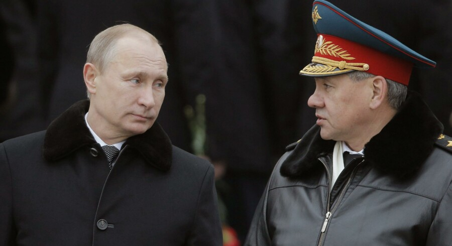 epa04633903 Russian President Vladimir Putin (L) and Russian Defense Minister Sergey Shoygu (R) attend a wreath-laying ceremony at the tomb of the unknown soldier, near the Kremlin during the national celebrations in occasion of the 'Day of the Fatherland's Defender' in Moscow, Russia, 23 February 2015. EPA/MAXIM SHIPENKOV