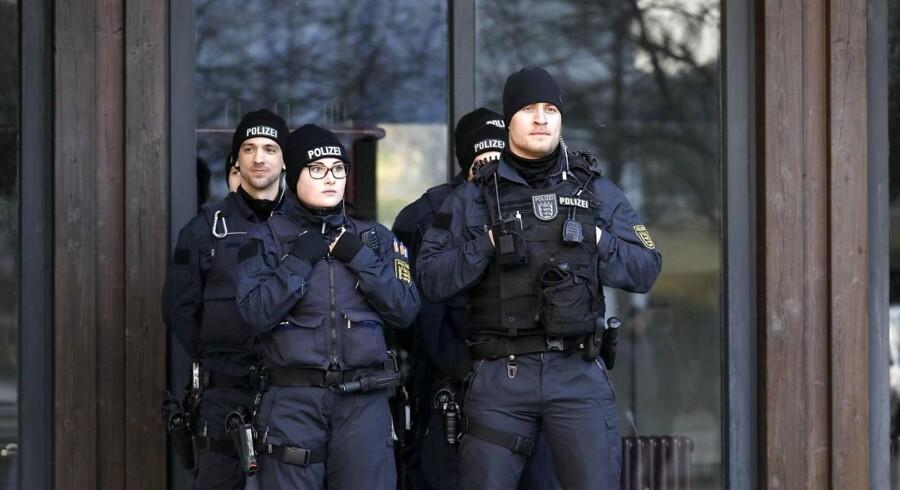 Politiet stod vagt ude fra Gaggenaus rådhus fredag morgen efter en bombetrussel havde aflyst et diplomatisk møde på rådhuset.
