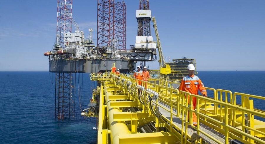 Efter otte dage med stigninger falder olieprisen en smule tirsdag eftermiddag.