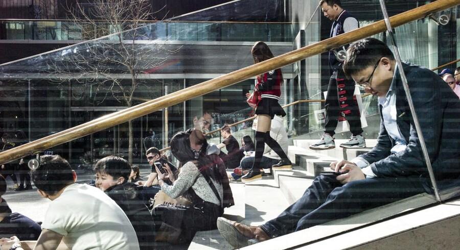 I Sanlitun-kvarteret i Beijing mødes de unge og smarte kinesere, og kvinderne får stor opmærksomhed, fordi landet har langt flere ugifte mænd end kvinder. Arkivfoto: Fred Dufour/AFP