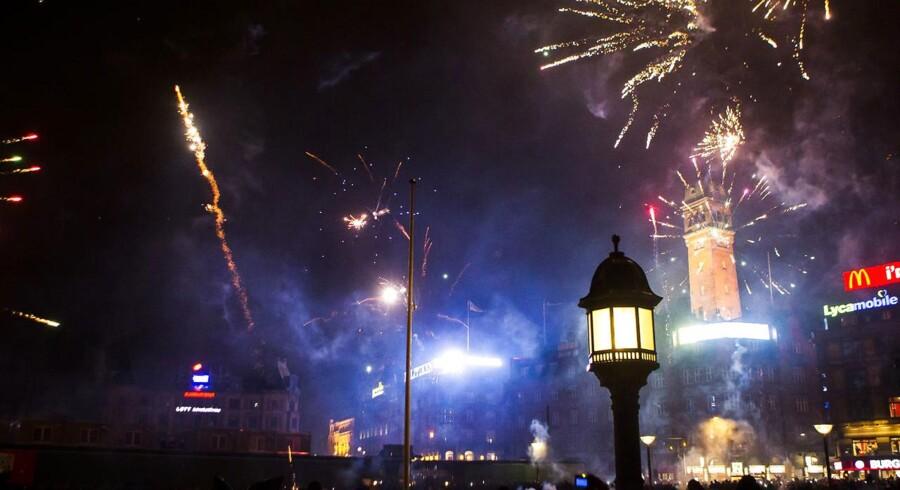 Tørt, lunt og klart vejr. Sådan var nytårsaften i 2013/14, hvor Rådhuspladsen i København så således ud, og sådan lyder vejrudsigten for i morgen aften.
