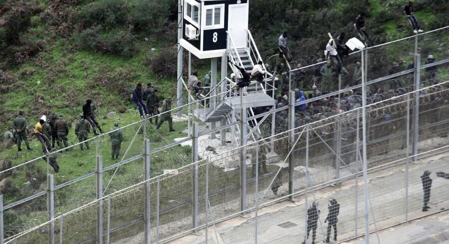 Spansk og marokkansk politi samarbejder om bevogtningen af grænsen mellem de to lande, her ved enklaven Ceuta. Det er effektivt, men giver også anledning til kritik.