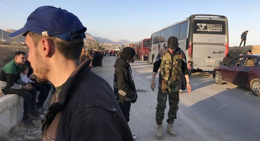 De to busser skal ifølge en aftale, der er indgået mellem den syriske regering og oprørerne, køre til byen Jarablus. Det fortalte de syriske medier søndag.