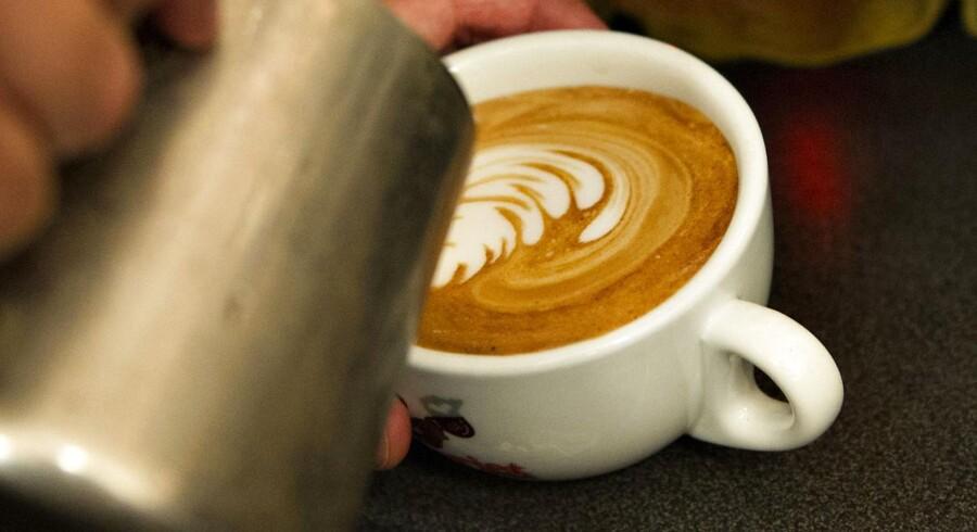 Hvis nattesøvnen halter, men man stadig gerne vil have en kop aftenkaffe, kan det betale sig at skifte filterkaffen ud med instantkaffe. Koffeinindholdet i den frystetørrede udgave er nemlig betydeligt lavere. (Foto: Jens Nørgaard Larsen/Scanpix 2017)