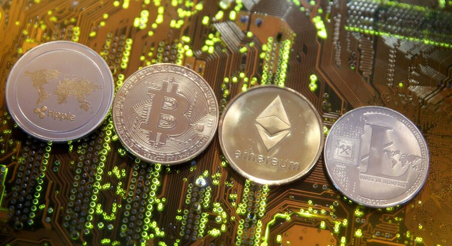 Arkivfoto: Bitcoin er ikke den eneste virtuelle valuta. Her ses Bitcoin i selsskab med Ripple, Etherum og Litecoin. REUTERS/Dado Ruvic/Illustration/File Photo