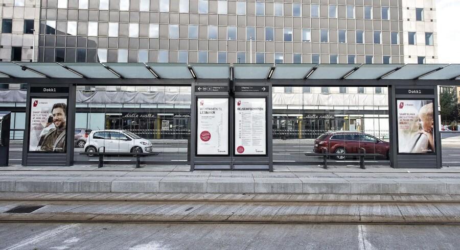 En fejl på et relæ betyder, at der ikke kan sendes signaler ind og ud af Aarhus Hovedbanegård. Der er fredag morgen ingen prognose for, hvornår togene kører igen.