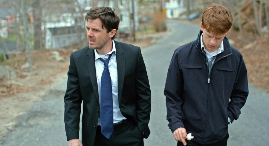 Casey Affleck (tv.) leverer en stærk og indestængt præstation som Lee, der får ansvaret for sin brors teenagesøn (Lucas Hedges) samtidig med, at han kæmper med spøgelser fra fortiden.
