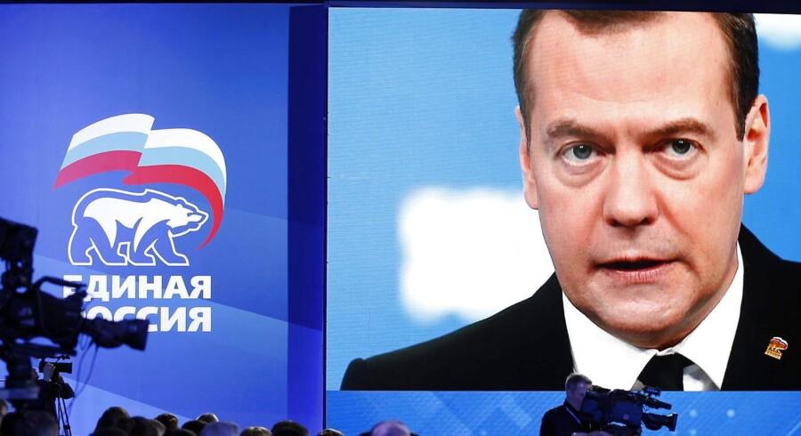 En storskærm viser Ruslands premierminister Dmitry Medvedev under en tale tidligere på måneden.