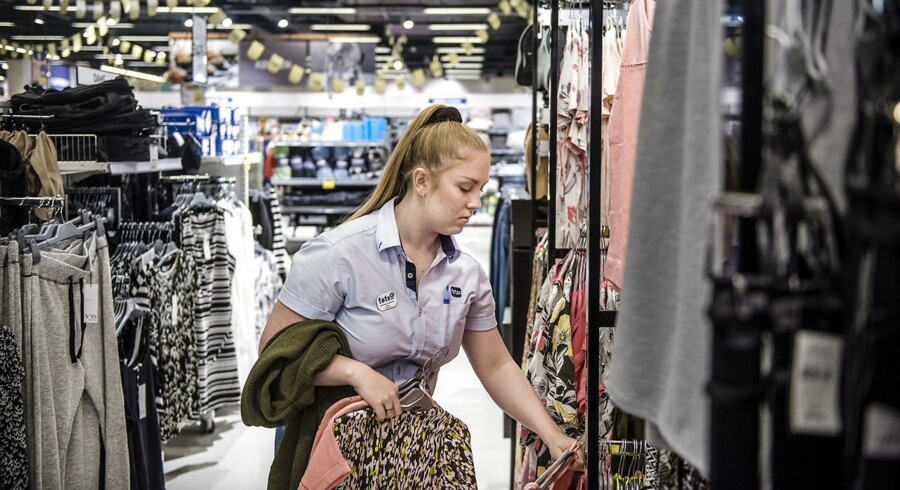 Salget af tøj i supermarkerne går strygende. Dansk Supermarked solgte i 2016 38 millioner stykker tøj, og hver tredje dansker har købt tøj i et supermarked. Her Føtex i Carlsbergbyen, hvor Katrine er på arbejde i tekstil-afdelingen.