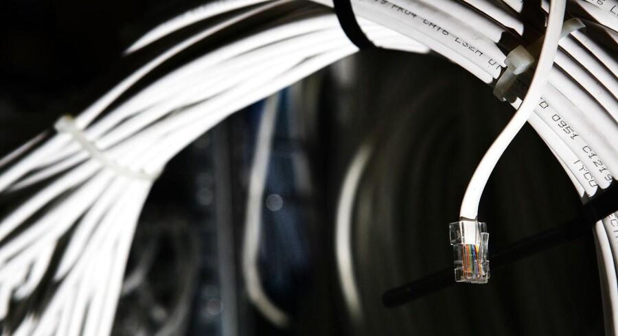 Billedet viser en del af ledningsnettet ved et af de fysiske trafikknudepunkter i den danske del af internettet, den såkaldte DIX eller Danish Internet eXchangepoint. Arkivfoto: Simon Læssøe.