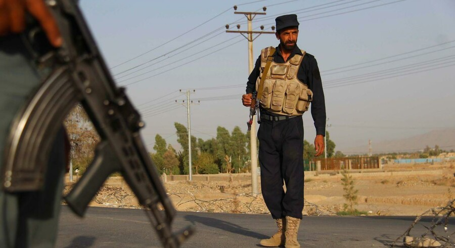 ARKIVFOTO: Et formodet selvmordsangreb har rystet en af Afghanistans største byer Kandahar. En bølge af vold er rullet henover det mellemøstlige land, hvor 1700 mennesker har mistet livet i terrorangreb i løbet af 2017. Her ses afghanske politivagter stå vagt ved Shah Wali Khan-distriktet i Kandahar.