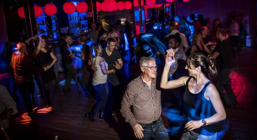 København er det sted i landet, hvor flest bliver skilt, og eksperter peger på, at byens mange tilbud er en del af forklaringen. Her er det 68-årige John Ipsen, som danser salsa til Havana Nights på Søpavillonen.
