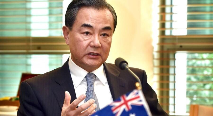 Kinas udenrigsminister nedtoner faren for en åben konflikt mellem Kina og USA, selv om der er kommet en del aggressive udmeldinger fra begge stormagter i den seneste tid.