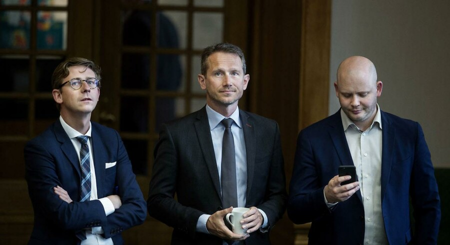 Skatteminister Karsten Lauritzen (t.v.) og finansminister Kristian Jensen (i midten) har endnu ikke meldt ud, hvor meget de vil kompensere kommunerne for de 3,9 mia.kr., der mangler pga. det fejlslagne EFI-system.