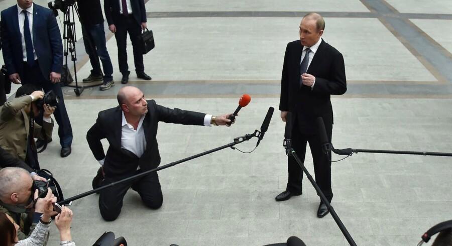 Den russiske præsident Vladimir Putin taler med medierne efter sit årlige TV-show. / AFP PHOTO / ALEXANDER NEMENOV