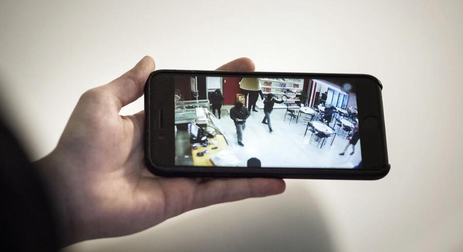 Ali Parnian viser overvågningsvideoen, hvor maskerede mænd smadrer hans butik, bageriet Kaj i Tingbjerg – angiveligt fordi han nægter at betale beskyttelsespenge.