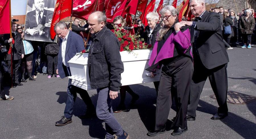Anker Jørgensen blev lørdag d. 2 april 2016 bisat fra Grundtvigs Kirke på Bispebjerg. Kisten bæres ud af bl.a. forrest sønnerne Lars Kvist (tv) og Peter Kvist (th), i midten til venstre datter Mette Kvist og i midten til højre datter Kirsten Kvist.