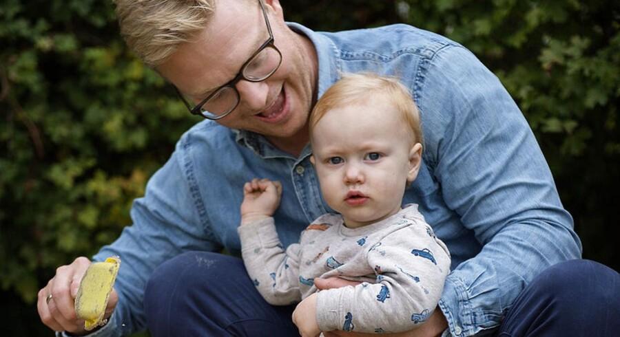 Jesper med Sønnen Vilhelm. Vilhelm er syg og lidt utidig. Jesper Rasmussen, jurist og områdeleder i Københavns Lufthavne A/S, går mod strømmen og har holdt barsel i 10 uger ud over de typiske 14 dage ifm fødslen.