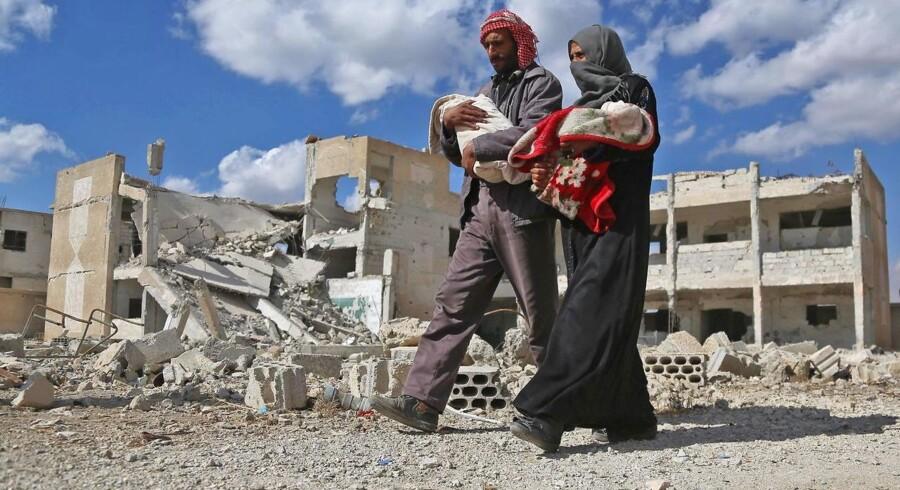 Flere granater har ramt indgangen til en skole i Ghouta-regionen i Syrien. Adskillige børn meldes dræbt.